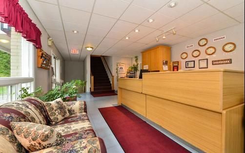 Canadas Best Value Inn and Suites Woodstock - Woodstock - Front desk