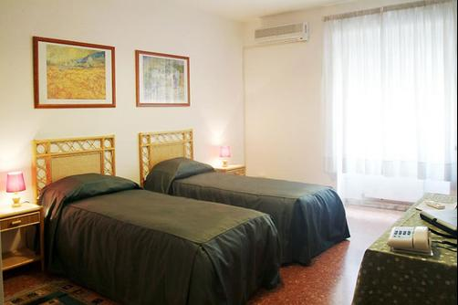 Tourist House Roma Hotel - Rome - Bedroom