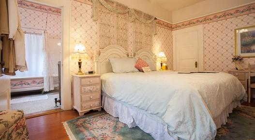The Lion and the Rose Victorian Bed & Breakfast - Portland - Bedroom