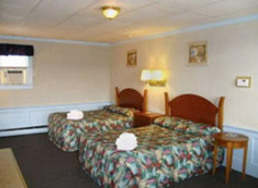 Royal Crest Motor Inn - Hampton Beach - Bedroom