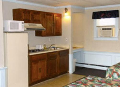 Royal Crest Motor Inn - Hampton Beach - Kitchen
