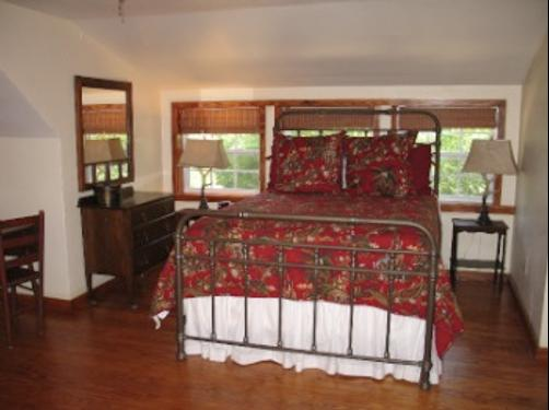 Oak Manor Bed & Breakfast/Pine Grove Cottages - Pittsburg - Bedroom