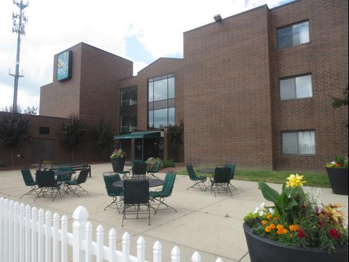 Quality Suites - Lansing - Patio