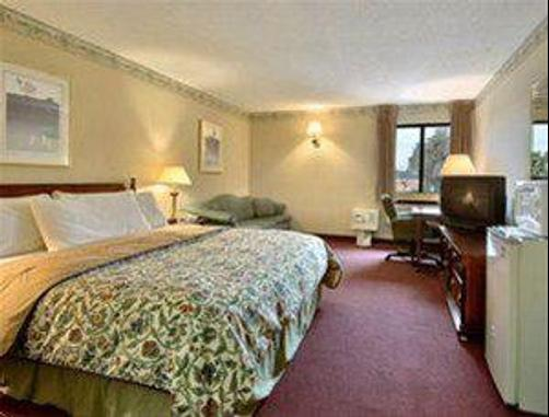 Econo Lodge - Milldale - King bedroom