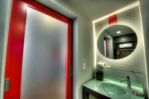 Hotel Five - Seattle - Bathroom