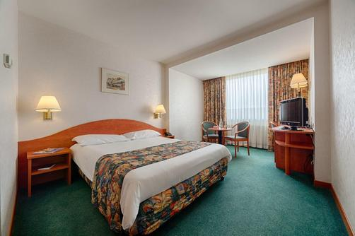 Ramada Bucharest Parc - Bucharest - Queen bedroom