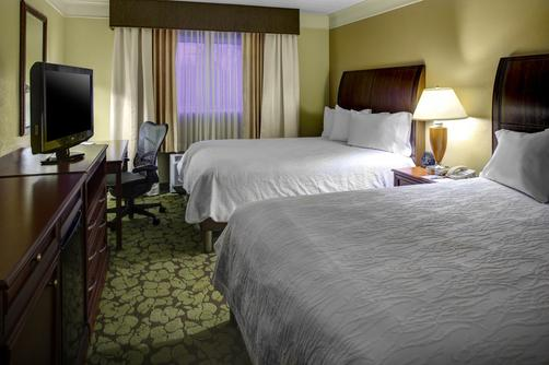 Hilton Garden Inn Boston/Waltham - Waltham - Bedroom