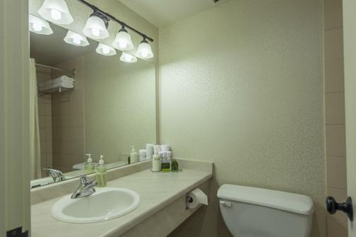 Thompson Hotel & Conference Center - Kamloops - Bathroom
