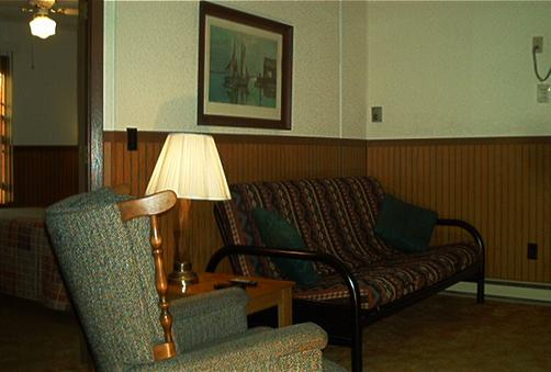 4 Winds Motel - Baraboo - Living room
