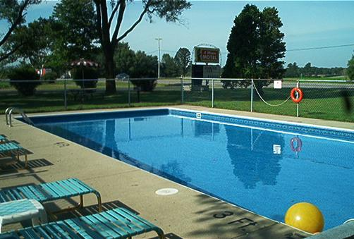 4 Winds Motel - Baraboo - Pool