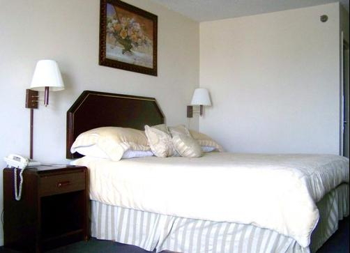 Courtesy Inn & Suites - Mansfield - Bed