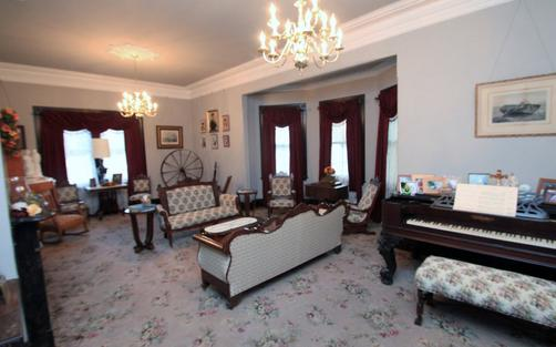 The Dominion House Bed & Breakfast - Blooming Grove - Living room