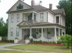 The Lewis House: Victorian Bed & Breakfast
