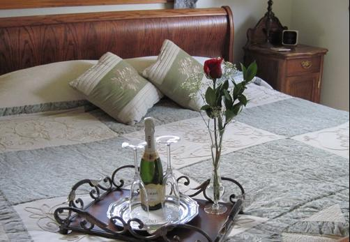 Alpine Rose Bed and Breakfast - Steamboat Springs - Bed