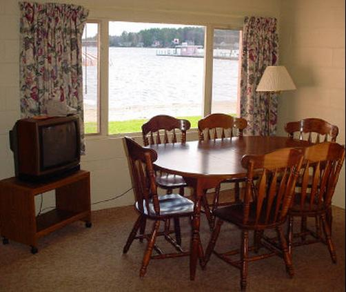 Silver Sands Motel - Gilford - Living room