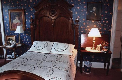 Greenhouse Bed & Breakfast - Chillicothe - Bed