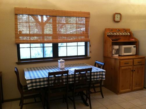 Dinosaur Trail Cabins & Cottages - Granbury - Living room