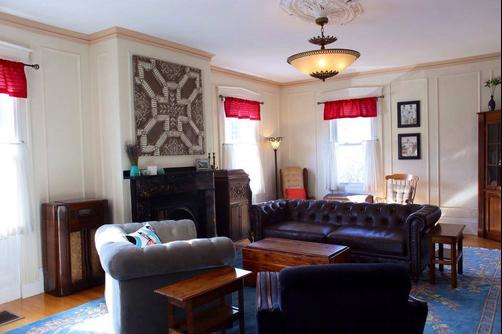 Stepping Stone Inn - Salem - Living room