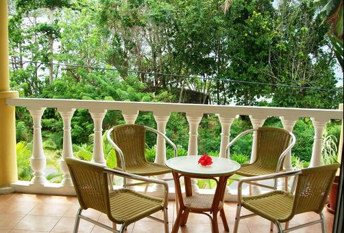 Reef Holiday Apartments - Mahe Island - Balcony