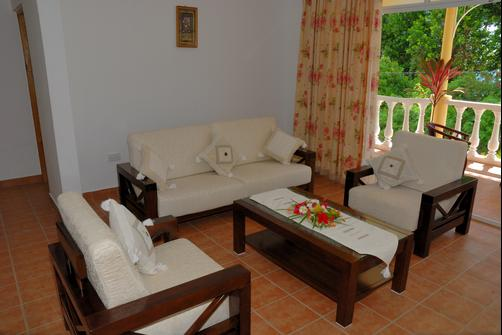 Reef Holiday Apartments - Mahe Island - Living room