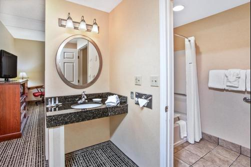Baymont Inn & Suites Knoxville/Cedar Bluff - Knoxville - Bathroom