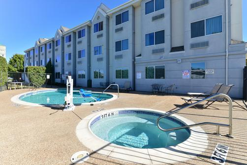 Microtel Inn & Suites by Wyndham Ft. Worth North/At Fossil - Fort Worth - Pool
