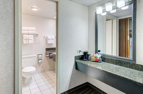 Quality Inn Central - Denver - Bathroom